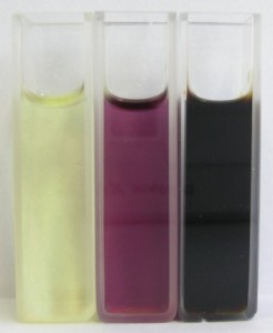 可視光を照射したときのフラーレンのニトロベンゼン溶液の色変化